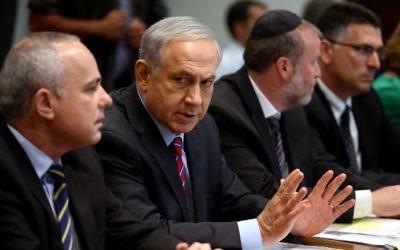 Benjamin Netanyahu (centre) (Crédit : AFP Photo/Pool/Abir Sultan)
