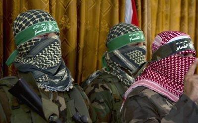 Abou Ubeida (à droite), porte-parole officiel de la brigade Ezzedine al-Qassam, la branche armée du Hamas, dans une conférence de presse à Gaza le 3 juillet 2014 (Crédit : AFP/Mohammed Abed)