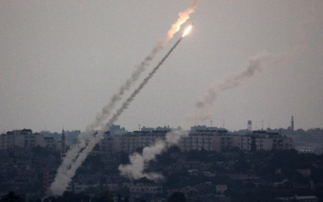 Tir de roquettes depuis la bande de Gaza (Crédit : Menahem Kahana/AFP)