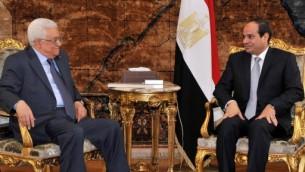Le président de l'Autorité palestinienne Mahmoud Abbas (à gauche) et le président égyptien Abdel Fattah al-Sissi, en 2014. (Crédit : AFP)