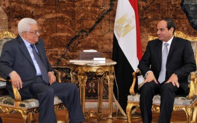 Le président de l'Autorité palestinienne Mahmoud Abbas, à gauche, avec le président égyptien Abdel Fattah al-Sissi, en 2014. (Crédit : AFP)