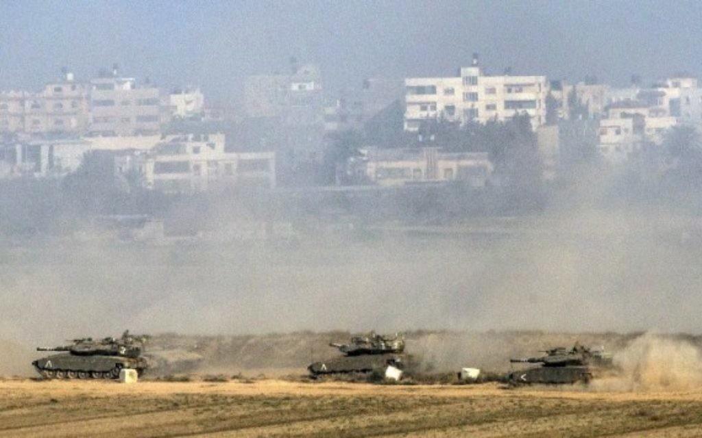Des tanks Merkava israéliens dans la bande de Gaza, en juillet 2014.  Illustration. (Crédit : Jack Guez/AFP)