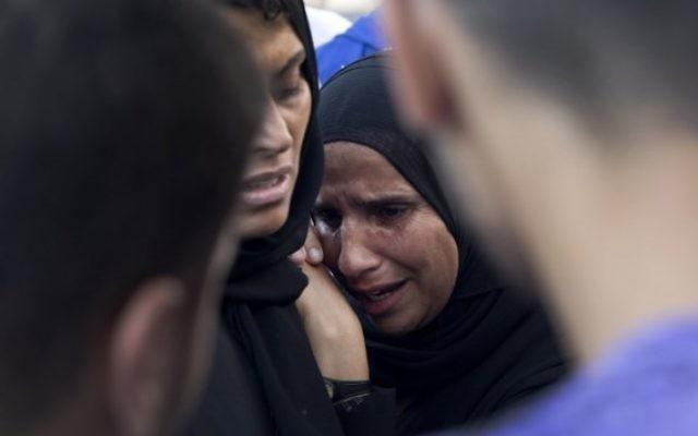 Une femme palestinienne pleure la mort d'un membre de sa famille à l'extérieur de l'hôpital Shifa (Crédit : AFP/MAHMUD HAMS)