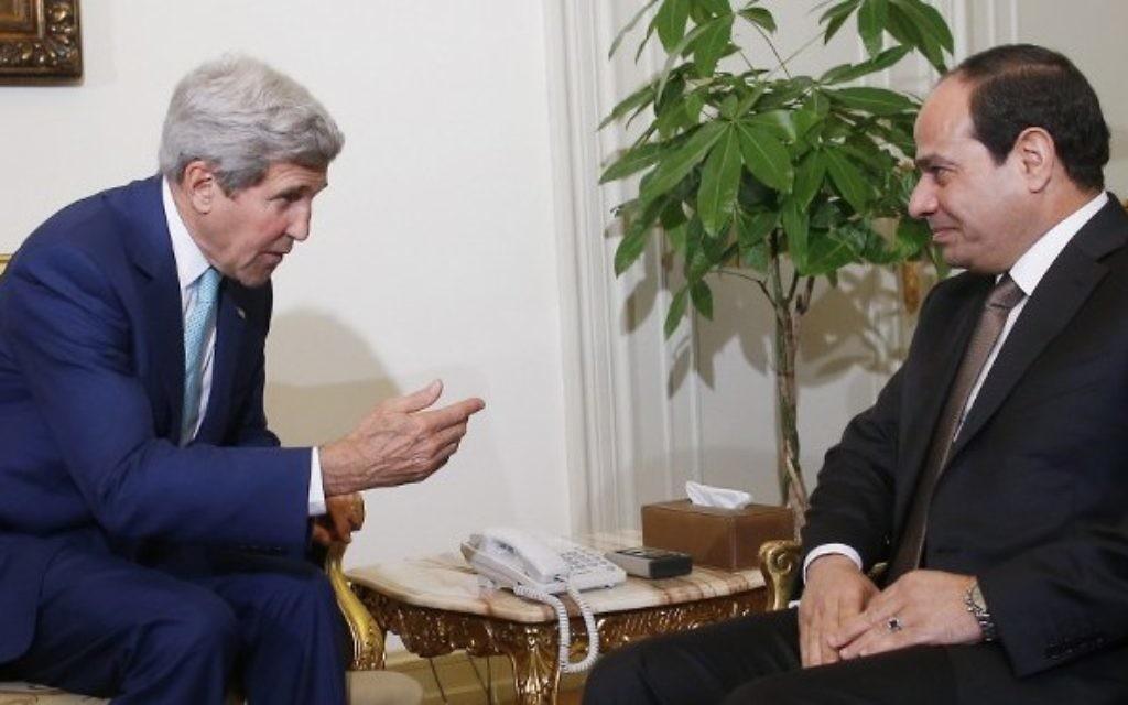 John Kerry (à gauche) et Abdel Fattah al-Sissi au Caire (Crédit : AFP)