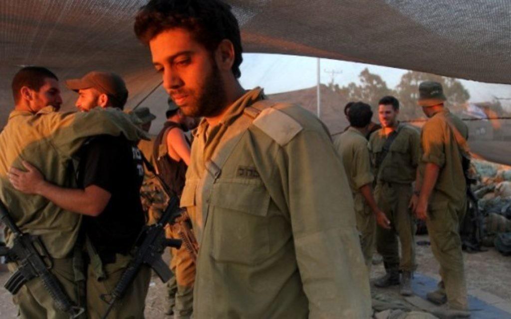 Soldats israéliens à un déploiement de l'armée près de la bande de Gaza le 26 juillet, 2014 (Crédit : AFP / GIL COHEN-MAGEN)