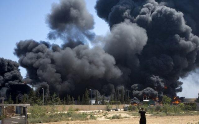 La centrale électrique de Gaza qui brûle après des raids israéliens (Crédit : Mahud Hams)