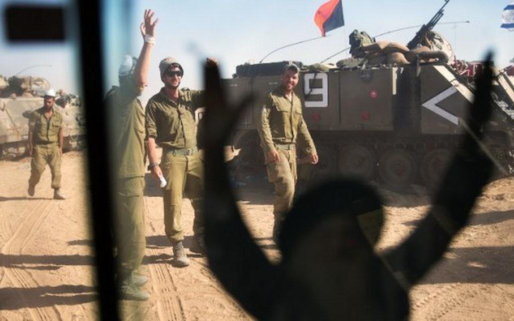 Des soldats postés dans un camp près de la frontière avec Gaza (Crédit : AFP/ MENAHEM KAHANA)