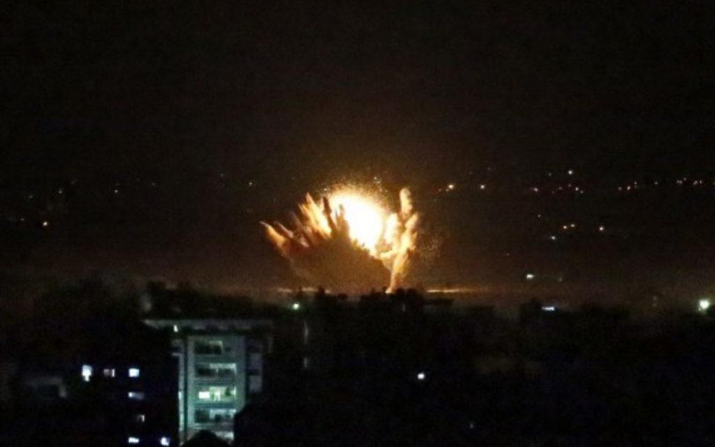 Explosion à Gaza dans la nuit de l'opération terrestre (Crédit : AFP/THOMAS COEX)