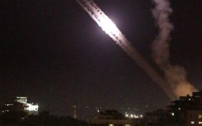Tirs de roquettes depuis Gaza vers Israël, le 17 juillet 2014. Illustration. (Crédit : Thomas Coex/AFP)