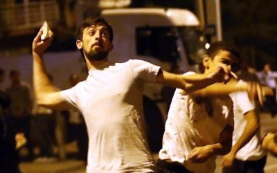 Des manifestants turcs en soutien à Gaza attaquent le consulat d'Israël en Turquie (Crédit : ADEM ALTAN / AFP)