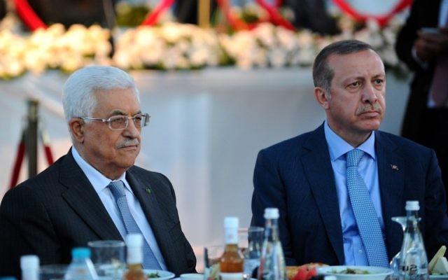 Le président de l'Autorité palestinienne Mahmoud Abbas (à gauche) et le président turc Recepp Tayipp Erdogan (Crédit : AFP/Ozan Kose)