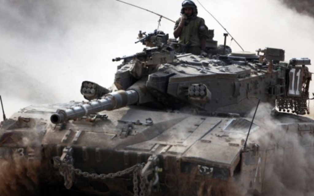 Un tank Merkava dans la bande de Gaza - 28 juillet 2014 (Crédit : AFP/David Buimovitch)