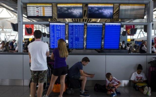 Des passagers en attente d'un vol (Crédit : AFP)