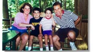 Cornelia et Ron Suskind avec leurs fils Walter et Owen avant de découvrir la puissance de traitement d'affinité Disney. (Crédit : autorisation)