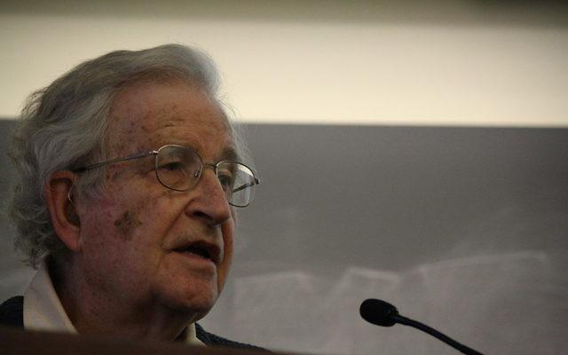 Noam Chomsky (Crédit : Kelly Maeshiro/Wikimedia commons/CC BY SA 3.0)