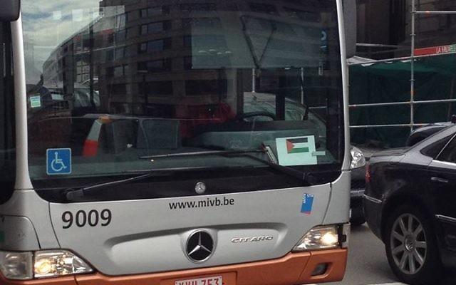 Photo d'un bus belge où le chauffeur affiche sur le devant un drapeau palestinien (Crédit : autorisation Joel Rubinfeld)