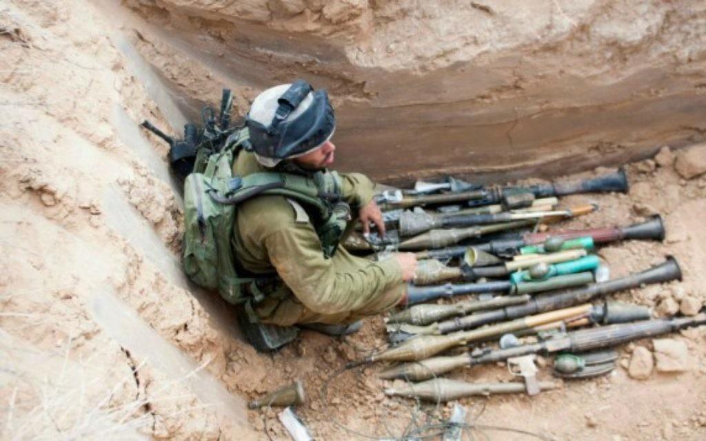 Les armes trouvées dans le tunnel de Sufa , le 17 juillet 2014 (Crédit : unité des portes-paroles de l'armée israélienne/Flash90)