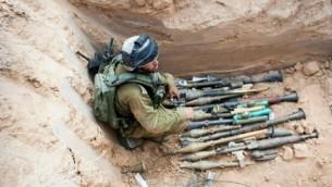 Les armes trouvées dans le tunnel de Sufa - le 17 juillet 2014 (Crédit : IDF Spokesperson's office/Flash90)
