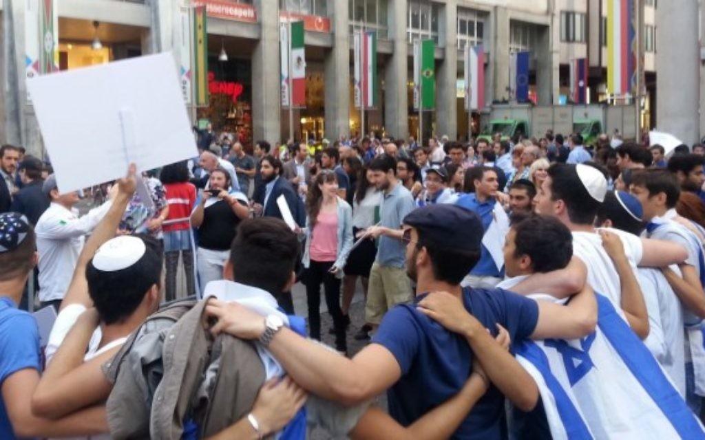 Rassemblement pro-israélien à Milan (Crédit : Elinor Betesh)