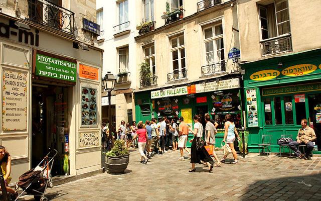 Rue des rosiers dans le Marais à Paris (Crédit : Aschaf / Andrea Schaffer/Flickr/CC BY SA 2.0/Wikimedia communs)