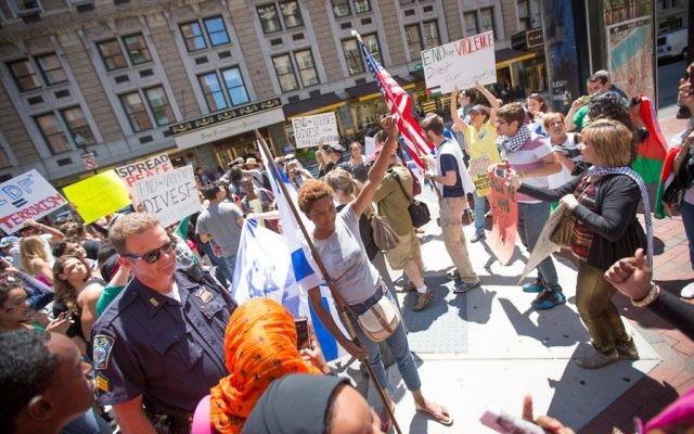 Lors d'une manifestation anti-Israël à Boston vendredi, les militants pro-palestiniens entourés de plusieurs partisans (Crédit : Elan Kawesch / The Times of Israël)