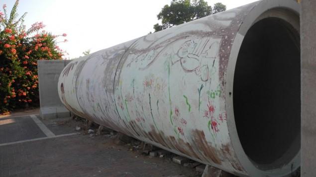 Un tuyau en béton armé repeint sert d'abri anti-bombe pour un maximum de trois familles à Nitzan. Illustration. (Crédit : Melanie Lidman/Times of Israël)