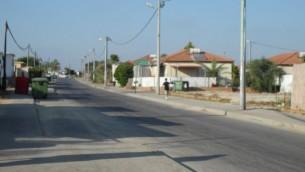 Les rues de Nitzan étaient presque vide le dimanche alors que les familles sont parties pour des zones plus sûres et plus calmes du pays. (Crédit : Melanie Lidman / Times of Israël)
