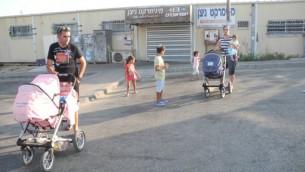 Deborah Israeli et Eviatar Cohen avec leurs enfants. L'épicerie et la dépanneuse ont été fermés en raison de la situation. (Crédit : Melanie Lidman / Times of Israël)