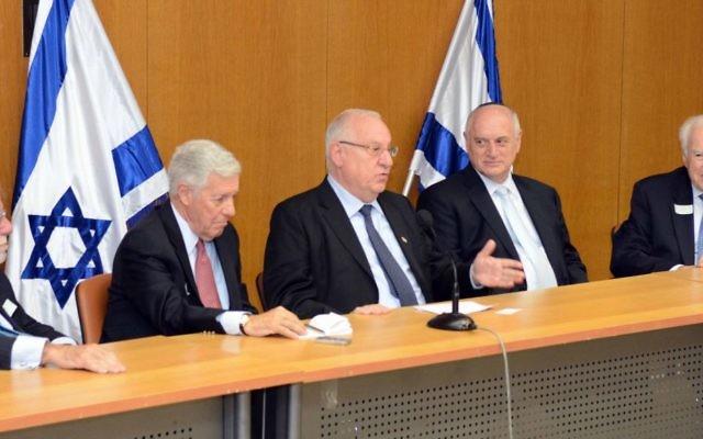 L'ancien président de la Conférence des présidents Richard Stone, le président Robert Sugarman, le président élu Reuven Rivlin et le vice-président exécutif Malcolm Hoenlein à la Knesset -15 Juillet 2014 (Crédit : Avi Hayun)