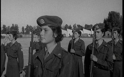 Des jeunes femmes israéliennes entraînées à défendre le pays naissant (Crédit : autorisation)
