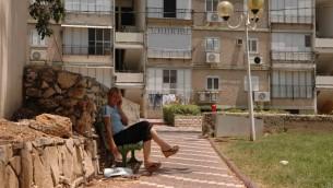 Une femme est assise devant un abri souterrain à Nahariya. (Crédit : Yossi Zamir/Flash90/File)