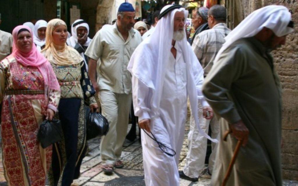 Des musulmans qui se rendent à la mosquée Al Aqsa pendant le ramadan (Crédit : Anna Kaplan/Flash90)