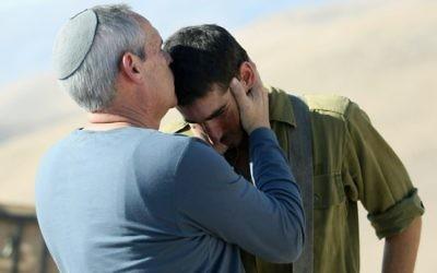 Un père juif embrasse son fils soldat (Crédit : autorisation)