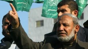 Mahmoud al-Zahar pendant une manifestation à Khan Younis, dans la bande de Gaza, en 2012. (Crédit : Abed Rahim Khatib/Flash 90)
