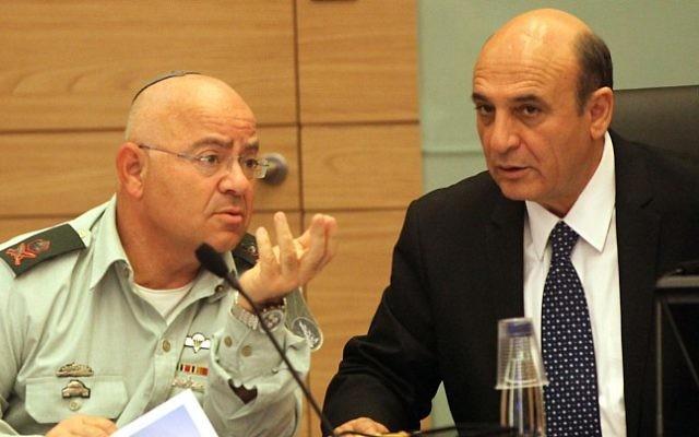 Le Chef adjoint d'état-major le général de division Yair Naveh (à gauche) et député Kadima Shaul Mofaz.. (crédit photo: Yossi Zamir / flash 90)