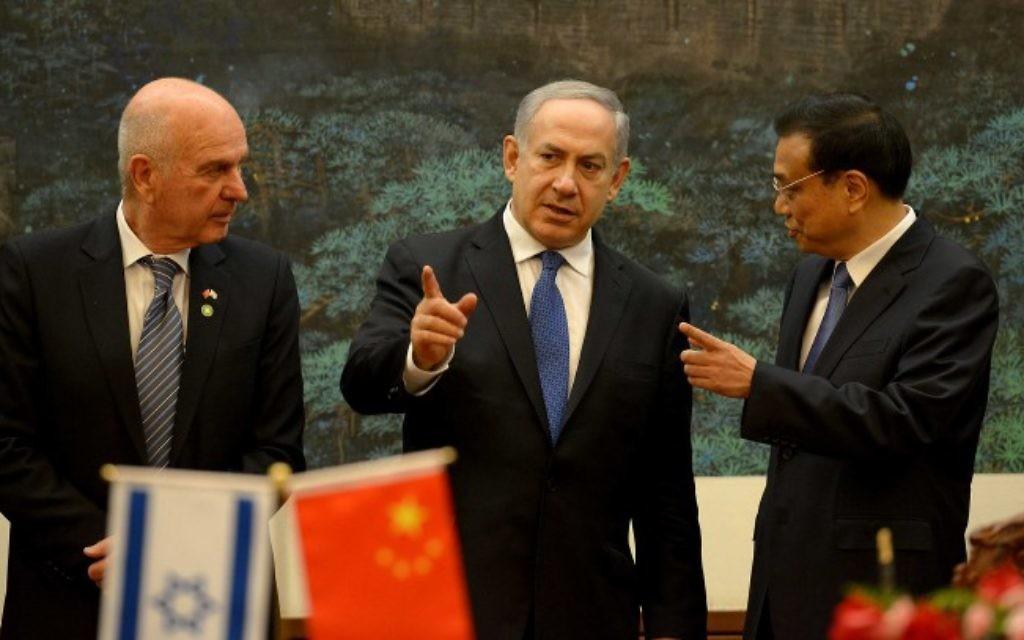 Benjamin Netanyahu (au centre) s'entretient avec le Premier ministre Li Keqiang de la Chine (à droite) au Grand Palais du Peuple à Beijing, le 8 mai 2013 (Crédit : Avi Ohayon/GPO/Flash90)