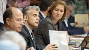 (De gauche à droite) Moshe Yaalon, Yair Lapid et Tzipi Livni (Crédit :  Emil Salman/Pool/Flash 90)