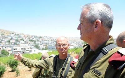 Nitzan Alon (gauche) et Benny Gantz (Crédit : IDF Spokesman/Flash90)