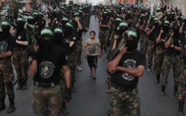 Les membres des Brigades Ezzedine al-Qassam, la branche armée du Hamas, organisent un défilé anti-Israël dans le cadre des célébrations marquant le premier anniversaire d'une opération de l'armée israélienne dans la bande de Gaza - 14 novembre 2013 (Crédit : Wissam Nassar / Flash90)