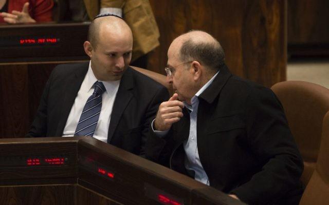 Naftali Bennett, à gauche, et Moshe Yaalon en session plénière de la Knesset, le 12 mars 2014. (Crédit : Flash90)