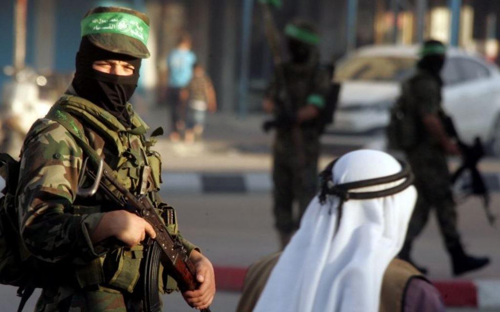 Un homme armé de la brigade armée Al-Qassam du Hamas dans la bande de Gaza, mai 2014 (Crédit : Abed Rahim Khatib/Flash90)