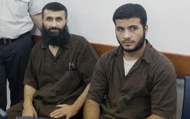 Ziad Awad (gauche) et son fils Izz Eddin (droite) à la prison d'Ofer. Ils ont été arrêtés le 7 mai, accusés du meurtre le 14 avril de Baruch Mizrahi (Crédit : Yonatan Sindel/Flash90)