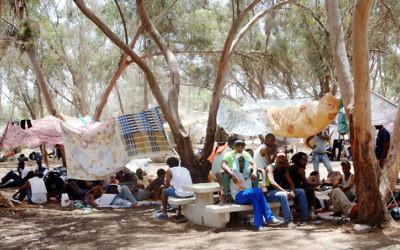 Des migrants africains au camp de Holot  (Crédit : Flash 90)