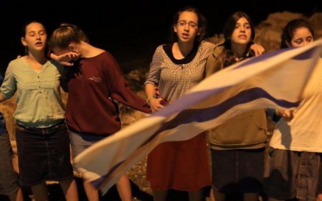 Des jeunes filles se rassemblent à la mémoire des trois adolescents assassinés (Crédit : Yonatan SIndel/Flash 90)