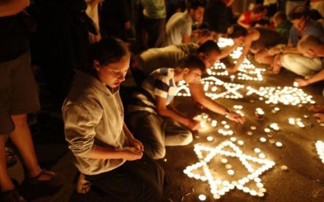 Des bougies allumées pour honorer la mémoire des adolescents assassinés (Crédit : Yonatan Sindel/Flash 90)