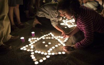Des bougies pour les adolescents enlevés (Crédit : Flash 90)