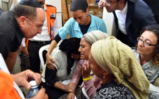 La mère de Eyal Yifrach, Iris Yifrach et le ministre de la Défense (gauche) (Crédit : Flash 90)
