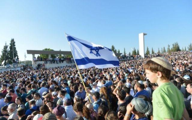 La foule d'Israéliens venus assister aux funérailles des trois adolescents assassinés à Modiin (Crédit : Flash 90)