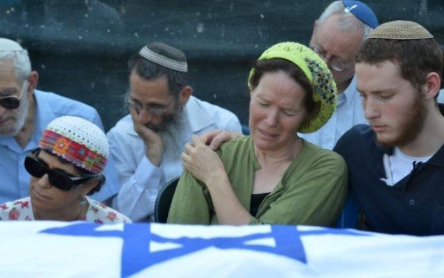 La famille de Naftali Fraenkel et Rachel sa maman aux funérailles de son fils (Crédit : Flash 90)