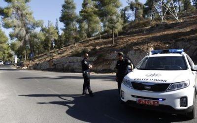 Un véhicule de police devant la forêt de Jérusalem (Crédit : Flash 90)